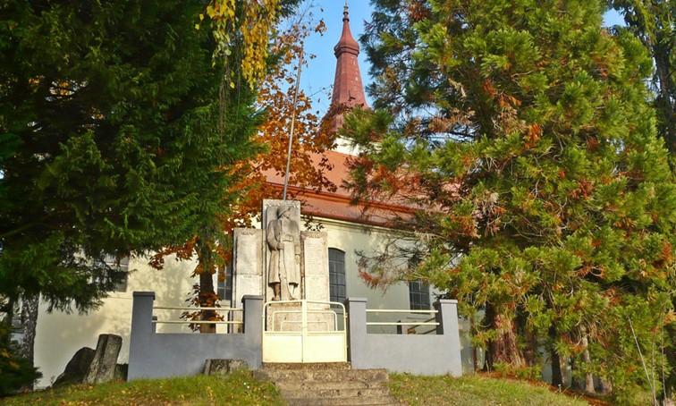 Csatka Templom emlékművel
